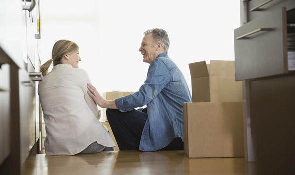 Người lớn tuổi thường có sức khoẻ yếu, xương khớp không còn chắc khoẻ như tuổi trẻ. Vì vậy, khi chuyển nhà sẽ khó khăn trong việc phân loại, đóng gói hoặc bưng vác đồ đạc. Mặc dù sau đây chúng tôi xin chia sẻ 7 lưu ý chuyển nhà cho người lớn tuổi nhưng vẫn khuyên nên thuê dịch vụ chuyển nhà trọn gói để đảm bảo rằng không gặp rủi ro té ngã, ảnh hưởng không tốt đến sức khoẻ. 1. Không nên bưng vác đồ nặng – đồ cồng kềnh Những đồ vật cồng kềnh như tivi, tủ lạnh, bàn ghế, tủ kệ sẽ gây nguy hiểm cho người già khi bưng vác. Chỉ cần một sơ suất nhỏ có thể dẫn đến bị chấn thương chân, tay hoặc những bộ phận khác trên cơ thể. Tốt nhất nên nhờ con cháu, bạn bè giúp đỡ. Hoặc bạn nên thuê dịch vụ chuyển nhà trọn gói Lâm Sang để những nhân viên chuyên nghiệm, khoẻ mạnh, nhanh nhẹn giúp bạn. 2. Tránh lên xuống cầu thang nhiều lần khi chuyển nhà Việc lên xuống cầu thang trong trạng thái bưng vác, chuyển đồ đối với người lớn tuổi có thể gây nguy hiểm, thậm chí ngay cả tính mạng cũng khó đảm bảo. Trong khi đó, nhiều cầu thang có thiết kế tay vịnh yếu, chiều cao thấp dễ gây ra té ngã. Tốt nhất nên để những người trẻ, khoẻ, đủ tỉnh táo, không bị chứng hoa mắt, chóng mặt làm việc này. 3. Tránh để người già bưng vác đồ nặng Đồ đạc nặng, đồ nội thất bằng gỗ, thiết bị, máy móc có thể gây nguy hiểm cho xương sống, các khớp xương vốn dĩ đã không còn mạnh mẽ như trước. Vì vậy, những người lớn tuổi nên lưu ý không nên tự bốc dỡ, xếp đồ đạc nặng khi chuyển nhà nhé. 4. Nên hạn chế người già can thiệp vào công việc trong quá trình chuyển nhà Một công ty chuyển dọn nhà uy tín sẽ nhắc nhở chủ nhà nên hướng dẫn người già tìm một nơi an toàn để tránh trong quá trình chuyển nhà xảy ra những rủi ro rơi rớt đồ đạc, đổ ngã. 5. Người già không nên tự làm một mình khi chuyển nhà Nếu không có người giúp đỡ, người có tuổi nên thuê dịch vụ chuyển nhà trọn gói để thực hiện. Vì khi người già tự chuyển nhà một mình, dễ gây chấn thương tay, chân, mất sức, mất thời gian mà không mang lại hiệu quả. 6. Nên chọn ngày
